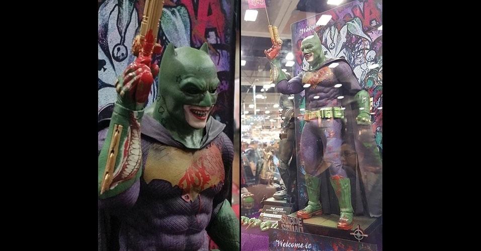 21.jul.2016 - Estande da Hot Toys exibe boneco com um traje do Batman com características do Coringa de