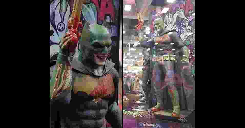 """21.jul.2016 - Estande da Hot Toys exibe boneco com um traje do Batman com características do Coringa de """"Esquadrão Suicida"""" - Reprodução/Twitter"""