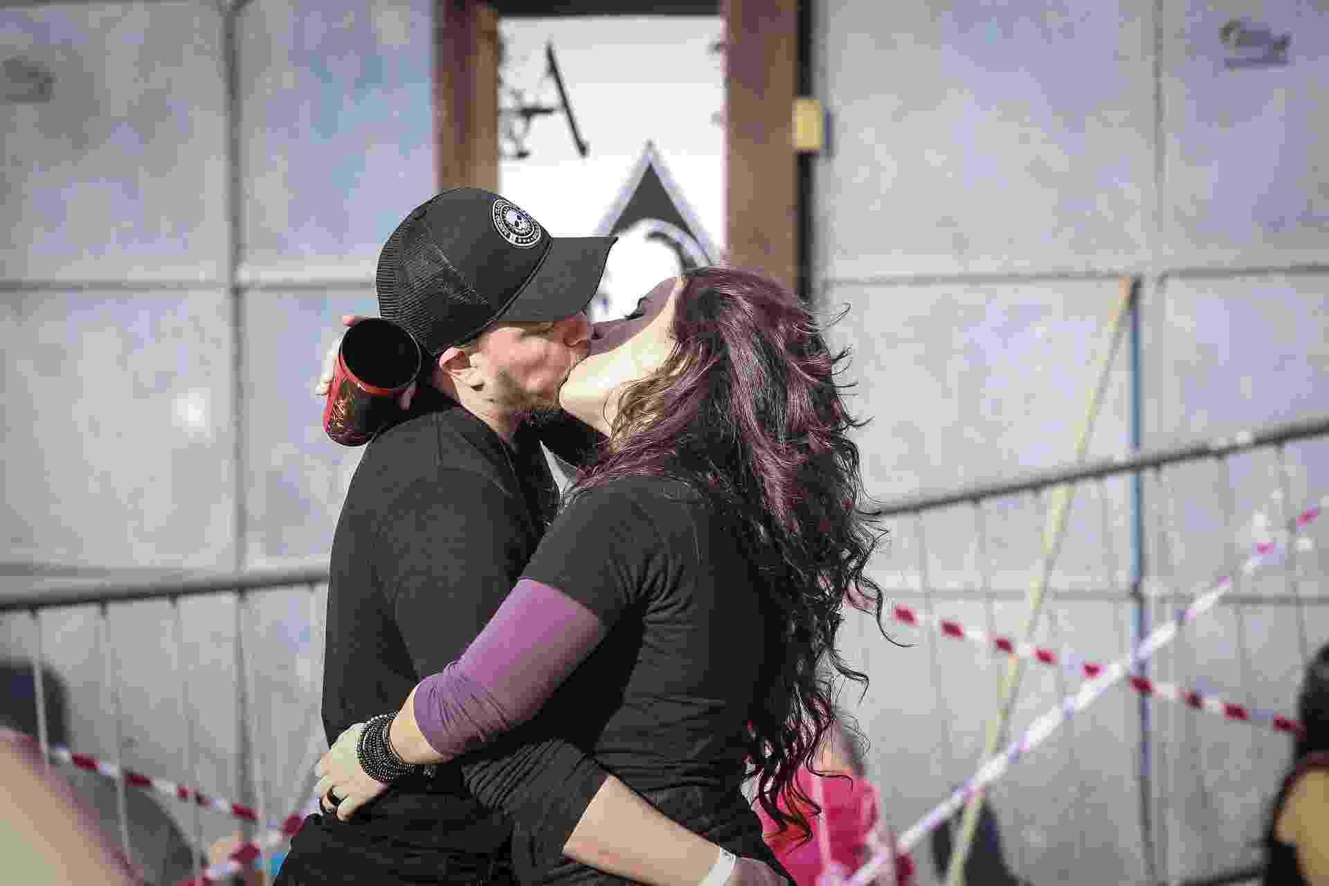 7.set.2016 - Casal se beija durante a primeira edição do Maximus Festival, que reúne bandas de rock e metal no Autódromo de Interlagos, em São Paulo - AgNews
