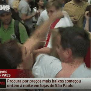 25.nov.2016 - Uma repórter da Globo News ficou no meio de uma confusão entre duas pessoas que brigavam por uma televisão durante a promoção da Black Friday - Reprodução/Globo News