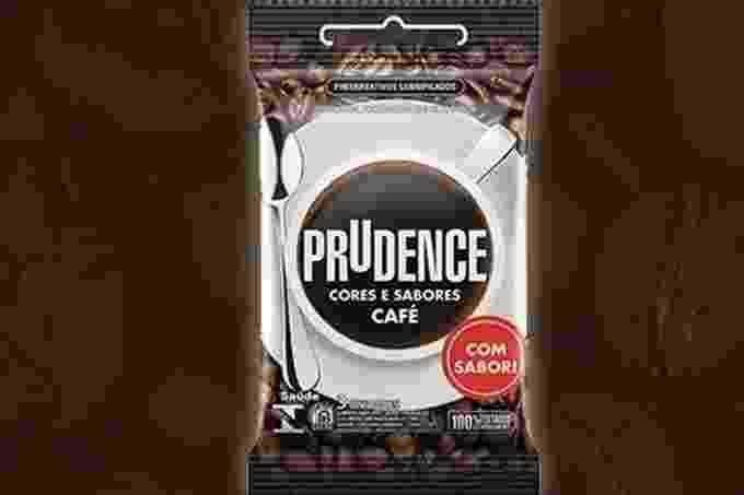 Sabe aquele aroma e sabor especial do café? Agora ele também está presente nas camisinhas da marca Prudence. A novidade foi lançada no último sábado (14), considerado o Dia Mundial do Café, e animou os internautas, que fizeram muitas piadinhas com a novidade. No entanto, esta não é a primeira inovação do tipo no mercado. Confira outros sabores e efeitos disponíveis! - Divulgação