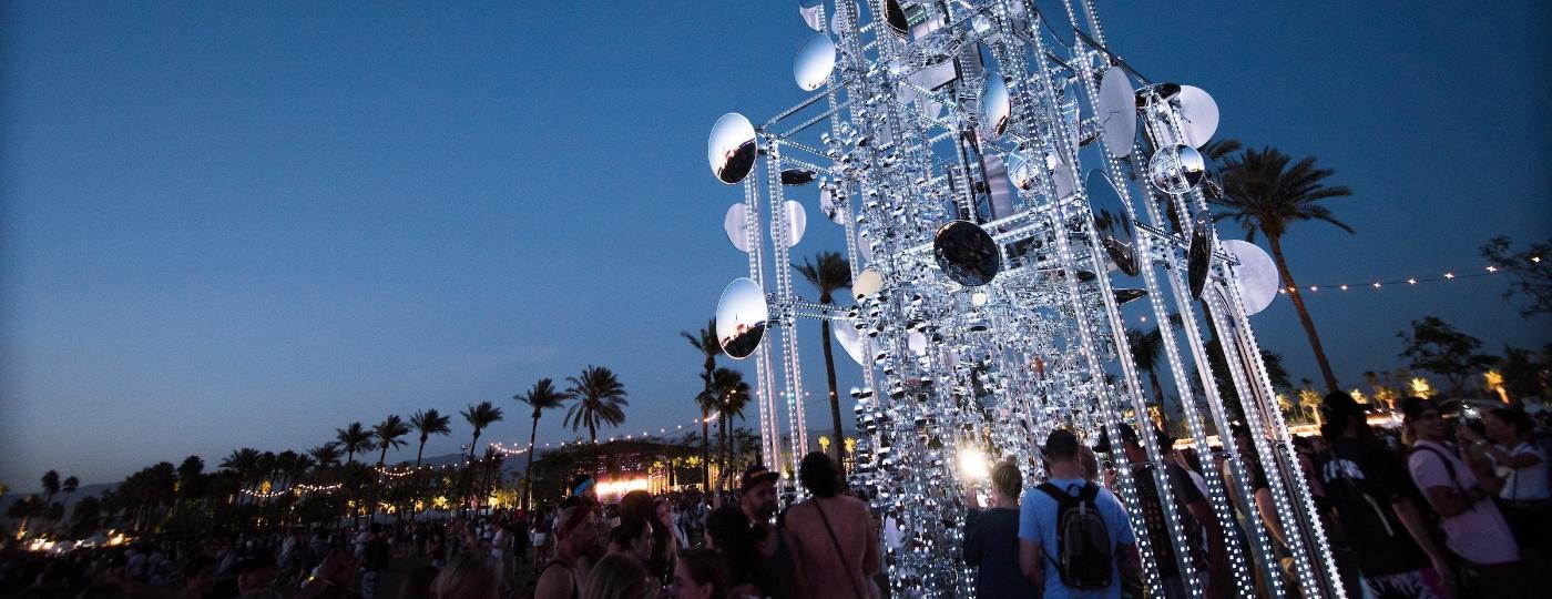 """""""Lamp Beside The Golden Door"""", obra do artista paulistano Gustavo Prado no festival Coachella, na Califórnia - Andrew Jorgenson/Divulgação"""