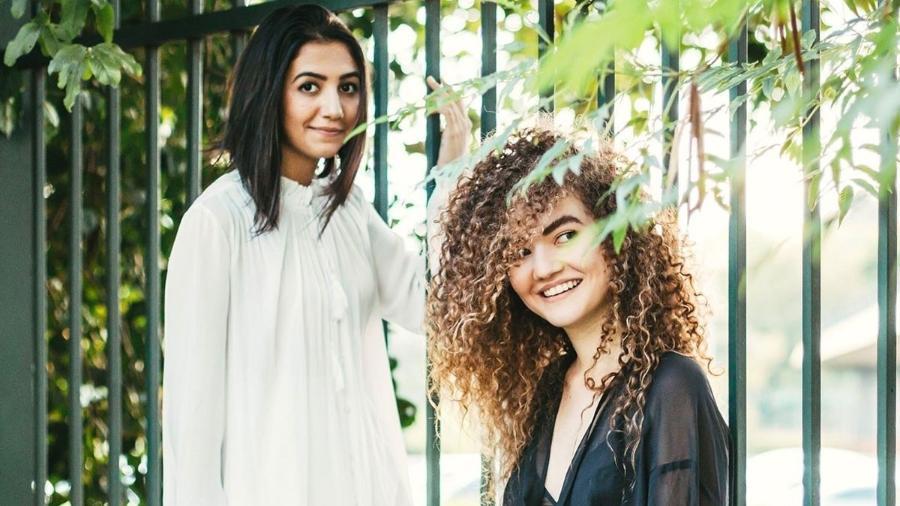 """Ana (esquerda) e Vitória, que não cantam sertanejo, mas uma versão brasileira do """"pop folk"""" - Divulgação"""
