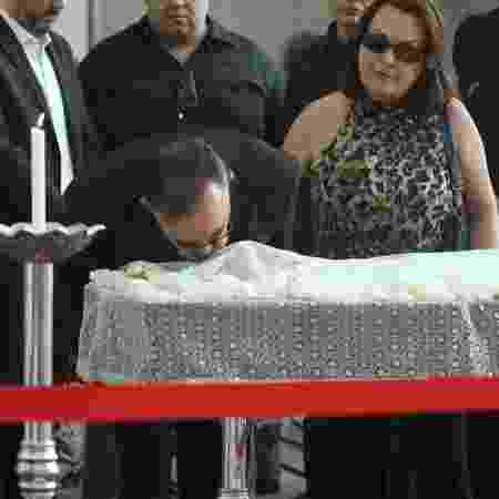 Percival de Souza se despede do amigo com um beijo - Amauri Nehn/Brazil News