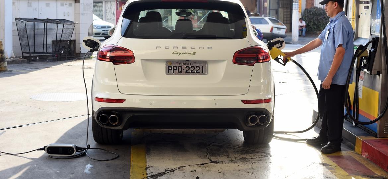 Brasil tem condições de replicar esforço por carros híbridos (na foto, o Porsche Cayenne Hybrid) de Europa, Índia e até China? - Murilo Góes/UOL