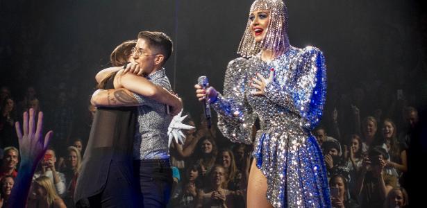 Katy Perry ajuda casal gay em pedido de casamento durante apresentação