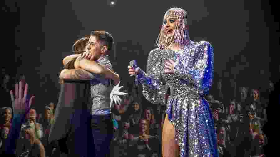 Katy Perry ajuda casal gay em pedido de casamento durante apresentação - Reprodução