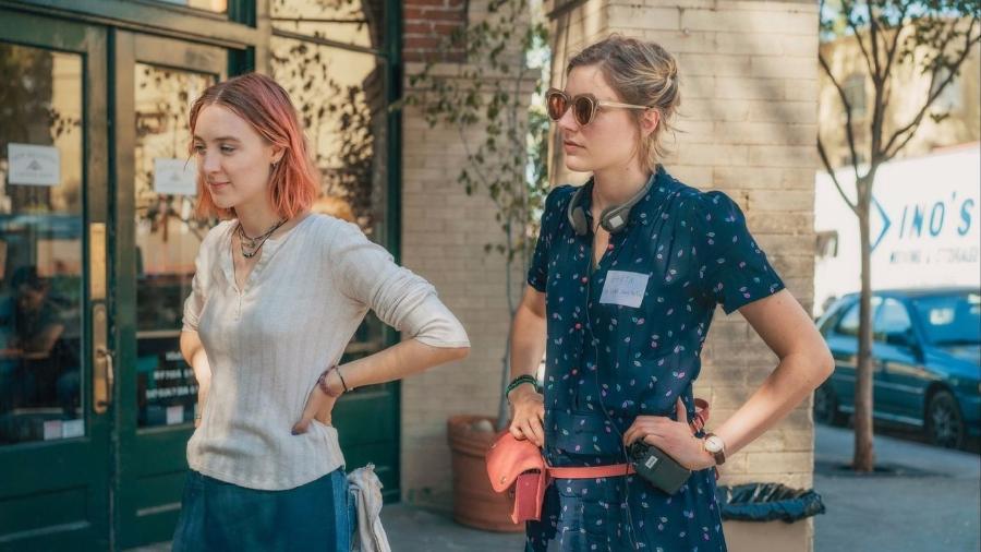 """A atriz Saoirse Ronan e a diretora Greta Gerwig (à direita) no set de """"Lady Bird: É Hora de Voar"""" - Merie Wallace/Divulgação"""