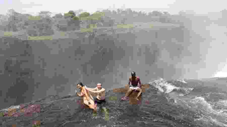 """Na """"Piscina do Diabo"""", turistas ficam à beira de um abismo com mais de 100 metros de altura - Joe Pyrek/Creative Commons"""
