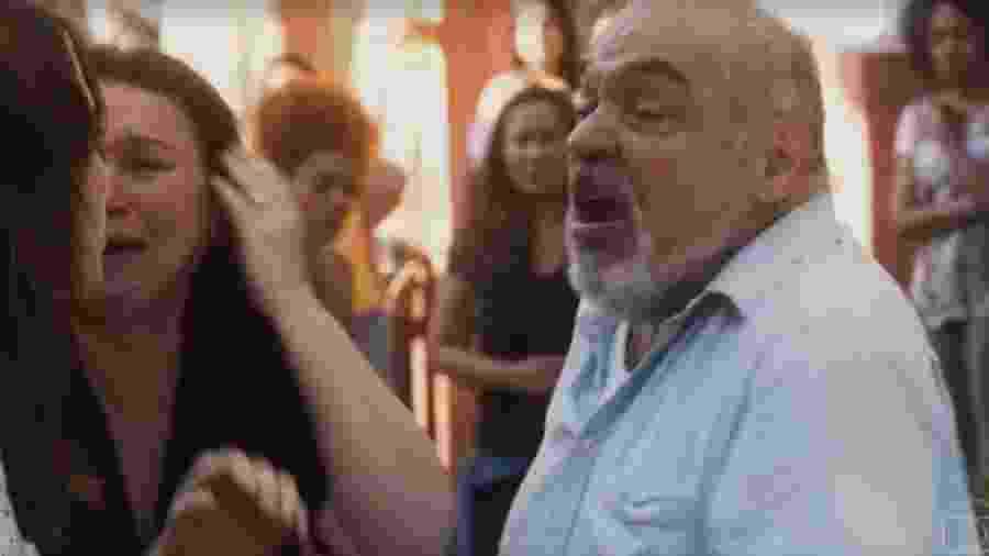 Agenor (Roberto Bonfim) expulsa Rosa (Leticia Colin) de casa - Reprodução/Globo