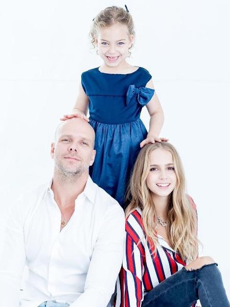 Fernando Scherer, o Xuxa, com as filhas - Reprodução/Instagram