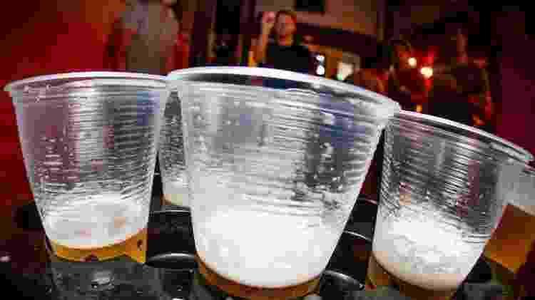 """Joguinhos etílicos (como acertar bolinhas em copos de cerveja) fazem parte do """"pub crawl"""" - Divulgação/Pub Crawl São Paulo"""