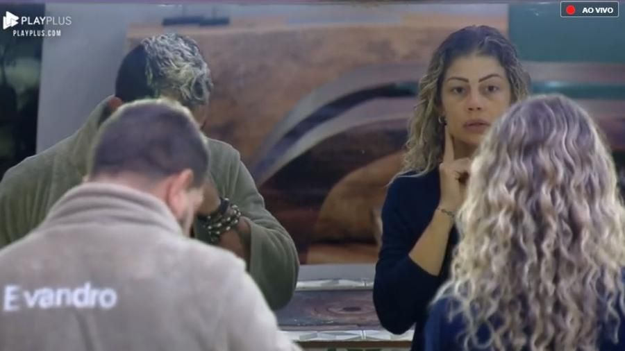 Evandro e Catia se olham no espelho para falar de botox - Reprodução/PlayPlus