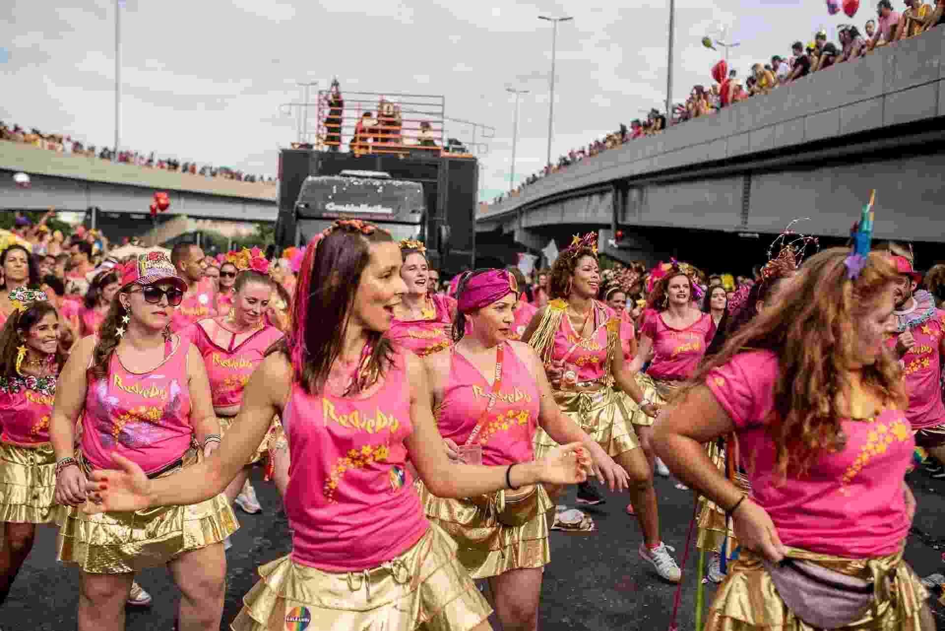 Foliões curtem o bloco Então Brilha com muita purpurina pelas ruas de Belo Horizonte, em Minas Gerais - Nereu Jr./UOL