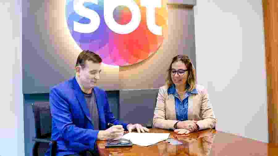 Roberto Cabrini e Marluce Cavalcante, advogada do SBT, no momento da assinatura do novo contrato - Beatriz Nadler