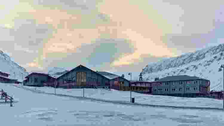 Vista do Radisson Blu Polar Hotel Spitsbergen durante épocas mais frias do ano - Hurtigruten Svalbard/Agurtxane Concellon