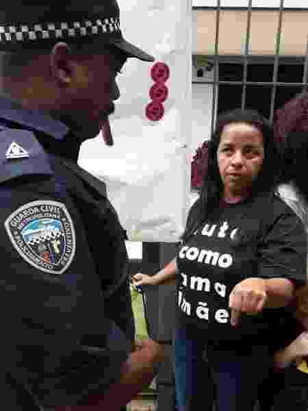 """""""Lute como uma mãe"""": Teresa explica a autoridades o motivo do protesto em frente à Secretaria Municipal de Educação - Camila Brandalise/UOL"""