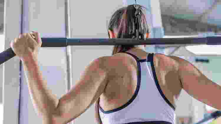 Pulley costas, exercício musculação - iStock - iStock