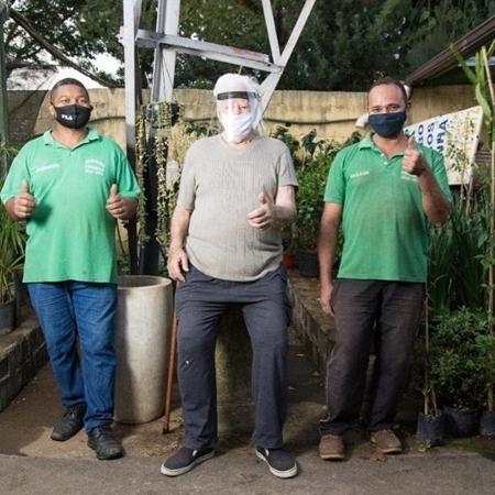 Sr. Nelson entre  Roberto e Valdir, funcionários do Jardins Modelo - André Ribeiro