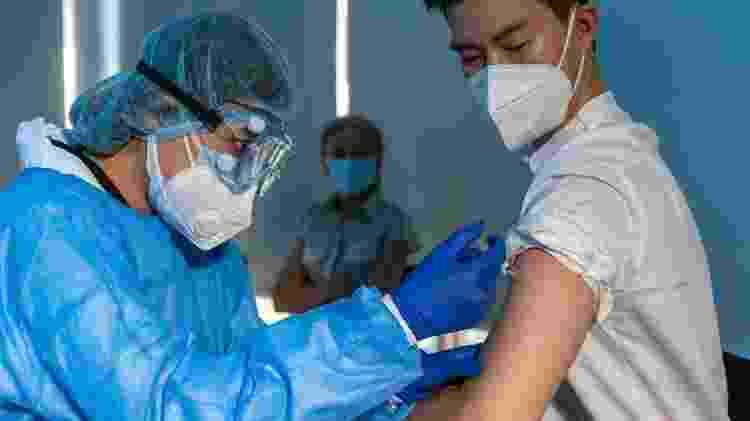Cidadão chinês recebe a primeira dose da vacina contra a covid-19 - iStock - iStock