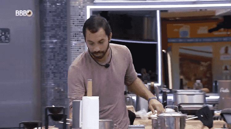 BBB 21: Gil fala sozinho na cozinha - Reprodução/Globoplay - Reprodução/Globoplay