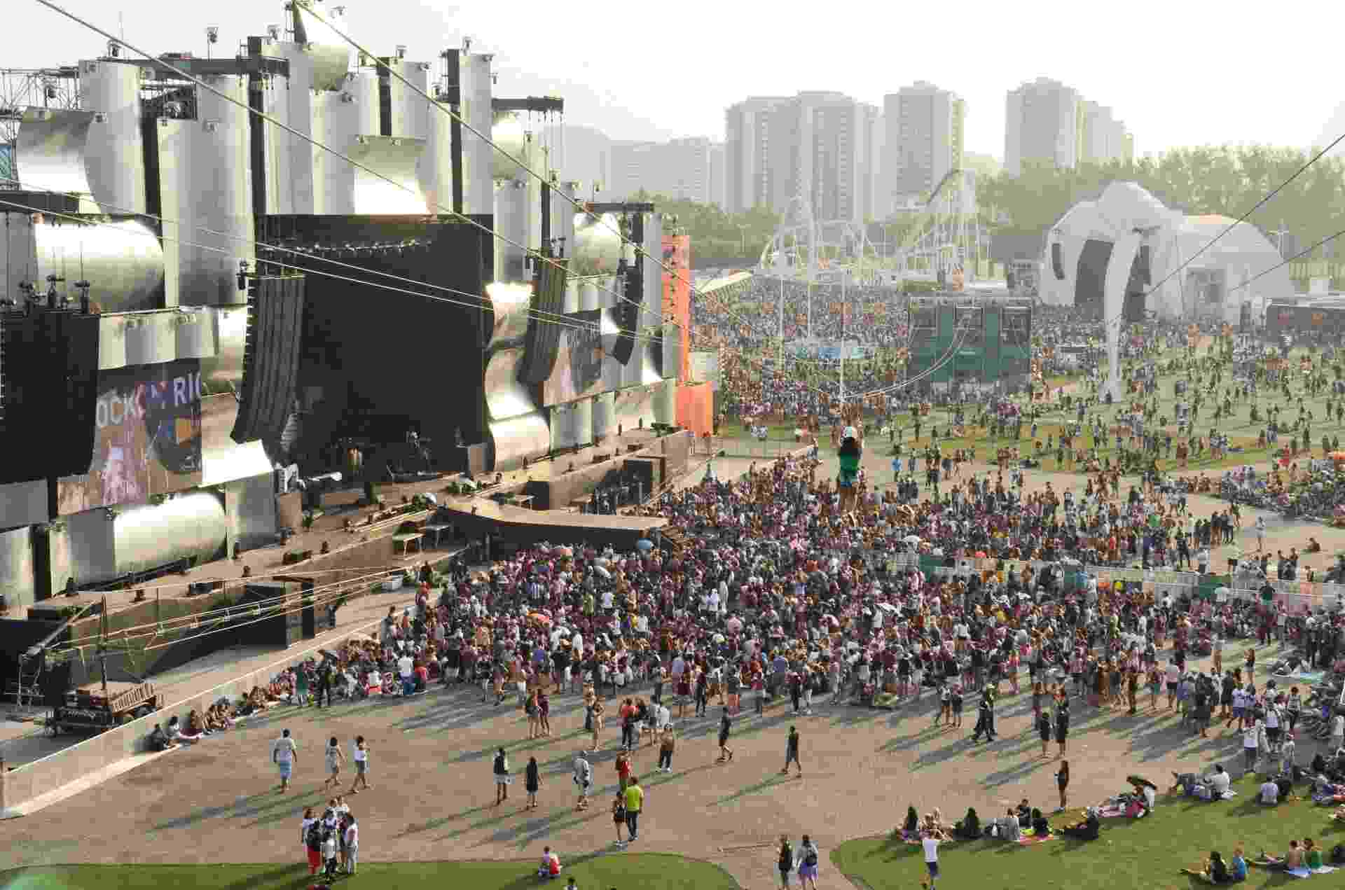 27.set.2015 - Público começa a se aglomerar em torno do palco Sunset para o último dia do Rock in Rio 2015 - Adriano Ishibashi/Agência Estado