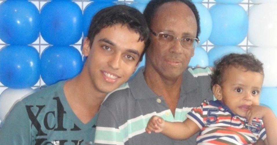 doentes terminais | Wagner Jefferson Ferreira Martins, 24 anos, publicitário, de Barretos (SP). Na foto com o tio e o filho deste
