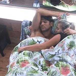 5.out.2015 - Desde a festa hippie o casal não se desgruda. Os dois dormem juntos todas as noites - Reprodução/Record
