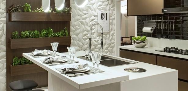 Na cozinha projetada por Andréa Calábria, a parede abriga uma horta com temperos - Felipe Araújo/Divulgação
