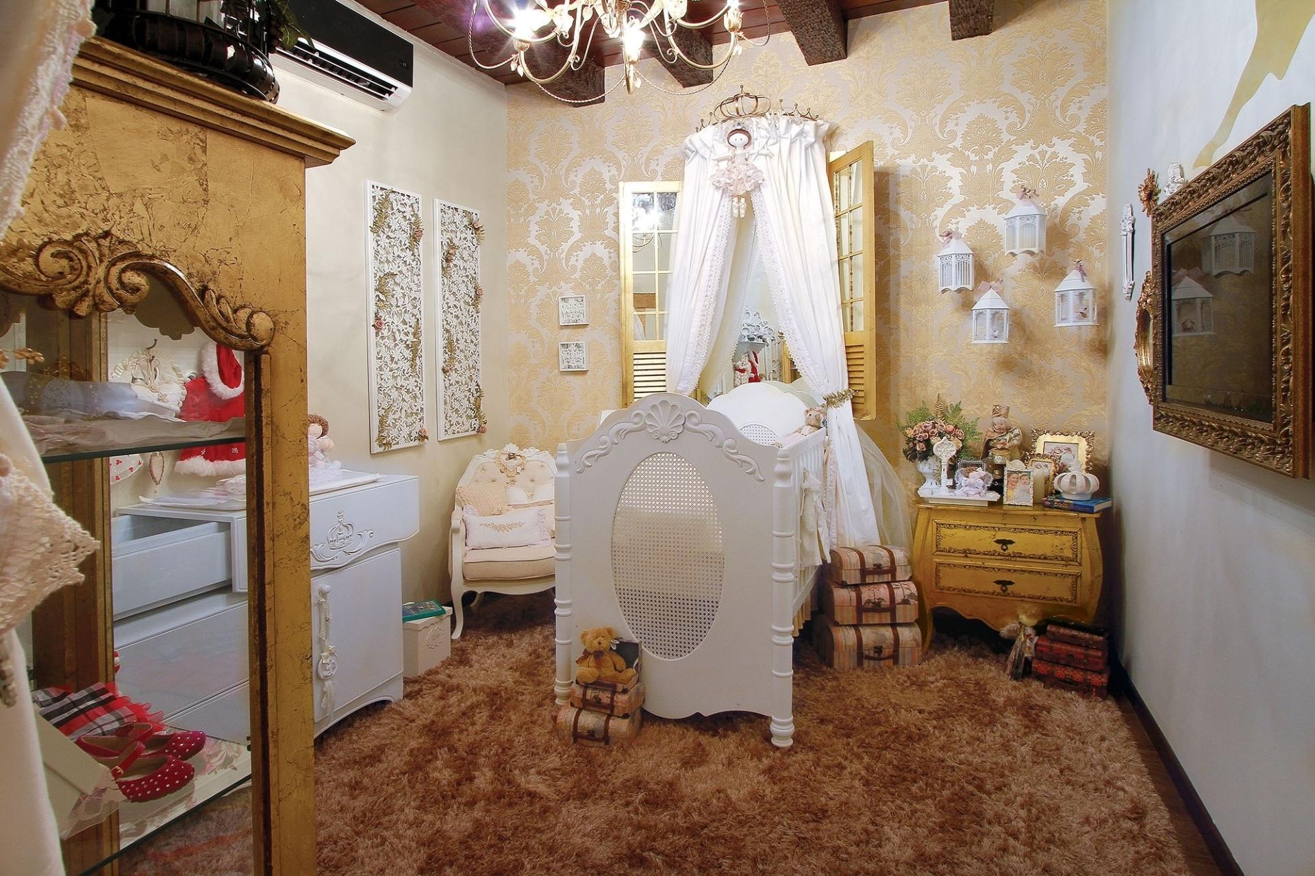 No quarto de bebê, projetado por Joice Campos, Kamila Moura e João Cavina, diferentes texturas, tais como o tecido adamascado na parede e o tapete felpudo,