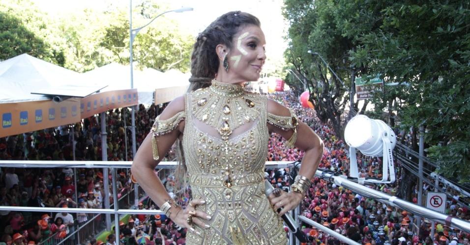 7.fev.2016 -- Ivete Sangalo passou duas horas para costurar os dreadlocks em seu cabelo, em sua terceira saída no Carnaval baiano este ano