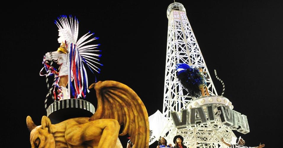 7.fev.2016 - Carro da Vai-Vai trouxe réplica da torre Eiffel, além de gárgulas. A atual campeã do Carnaval paulista homenageou a França em seu enredo