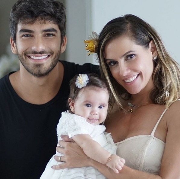 Hugo Moura com a mulher, Deborah Secco, e a filha, Maria Flor