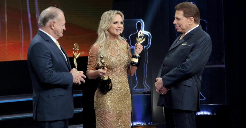 Ao lado do colunista Flávio Ricco, do UOL, apresentadora Eliana comemora as vitórias no Troféu Imprensa