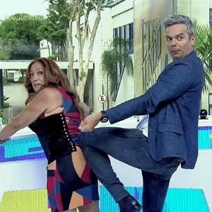 Otaviano Costa tenta amarrar corselete de Susana Vieira - Reprodução/TV Globo