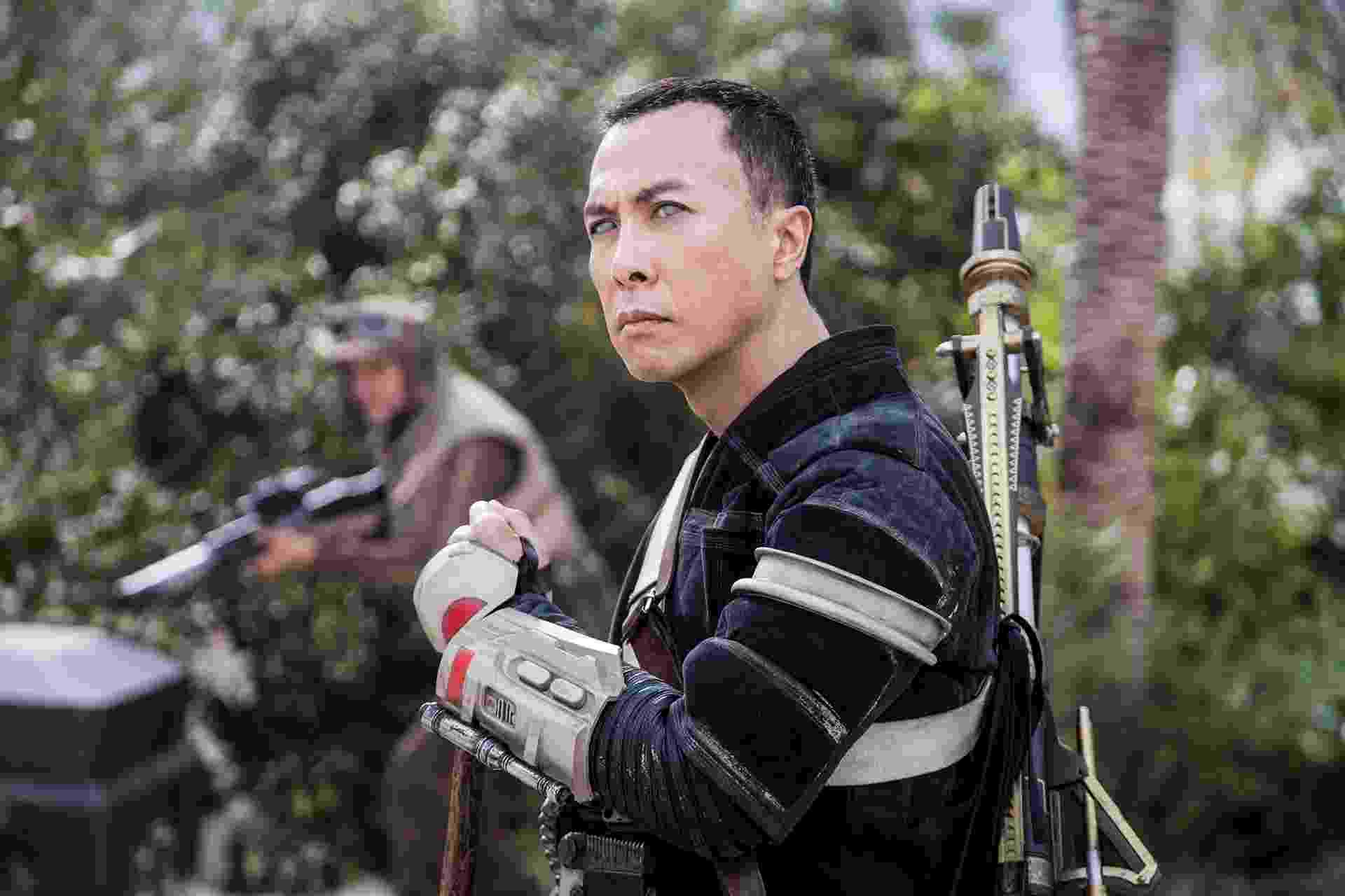 """O ator chinês Donnie Yen interpreta o guerreiro Chirrut Imwe em """"Rogue One: Uma História Star Wars"""" - Divulgação/Disney"""