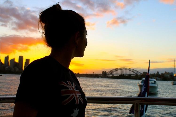 A brasileira Sabrina Nogueira trabalha como stewardess, espécie de comissária de borda de iates. Como mora no barco, em seu tempo livre, ela aproveita para conhecer vários lugares, como Austrália (foto), Nova Zelândia e Salmoa