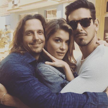 Alinne Moraes, Vladimir Brichta e João Vicente de Castro posam abraçadinhos - Reprodução/Instagram