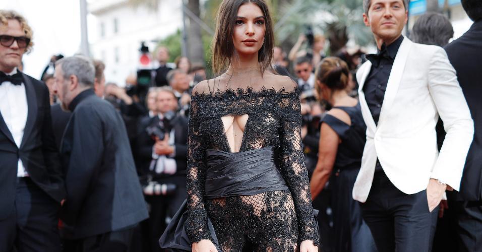 Fã dos looks com muita pele à mostra, a modelo Emily Ratajkowski adotou um macacão transparente do estilista Peter Dundas