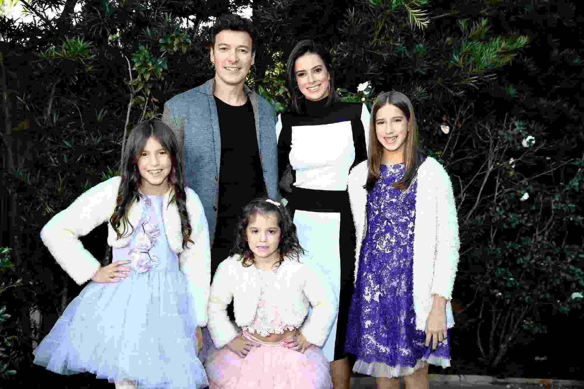 Rodrigo Faro com a esposa Vera Viel e as três filhas do casal - Manuela Scarpa/Brazil News