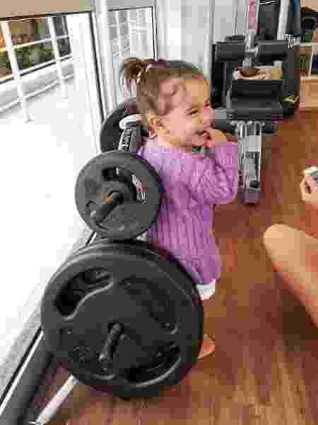 Deborah Secco publica foto da filha, Maria Flor, ao lado de halteres de musculação - Reprodução/Instagram/dedesecco