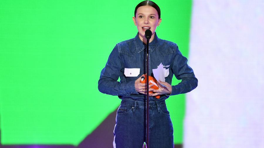 """Millie Bobby Brown sobe ao palco para levar o prêmio de Atriz Favorita em Série de TV no """"Kids"""" Choice Awards"""" - Getty Images"""