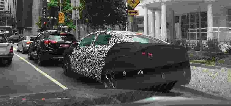 Chevrolet Cruze reestilizado roda camuflado, mas sem vontade de se esconder, nos arredores da avenida Paulista, um dos pontos mais movimentados de São Paulo - Marcio Lima Gonçalves/UOL