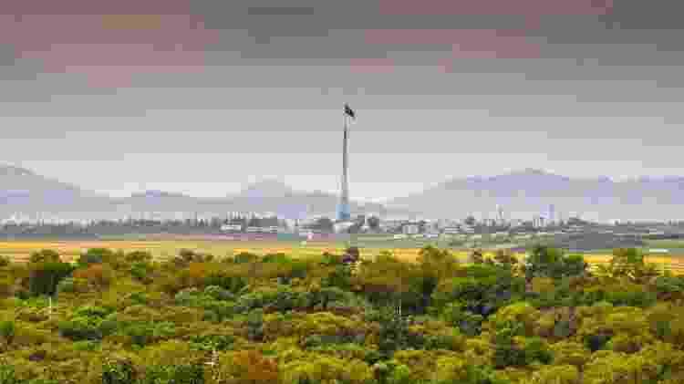 Mastro de 160 metros de altura marca paisagem da Coreia do Norte vista desde a Coreia do Sul - Getty Images - Getty Images