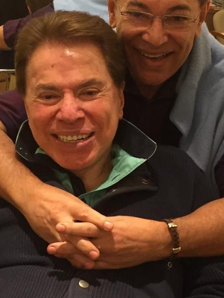 O cabeleireiro Jassa abraça seu cliente mais fiel, Silvio Santos - Reprodução/Instagram/jassajj