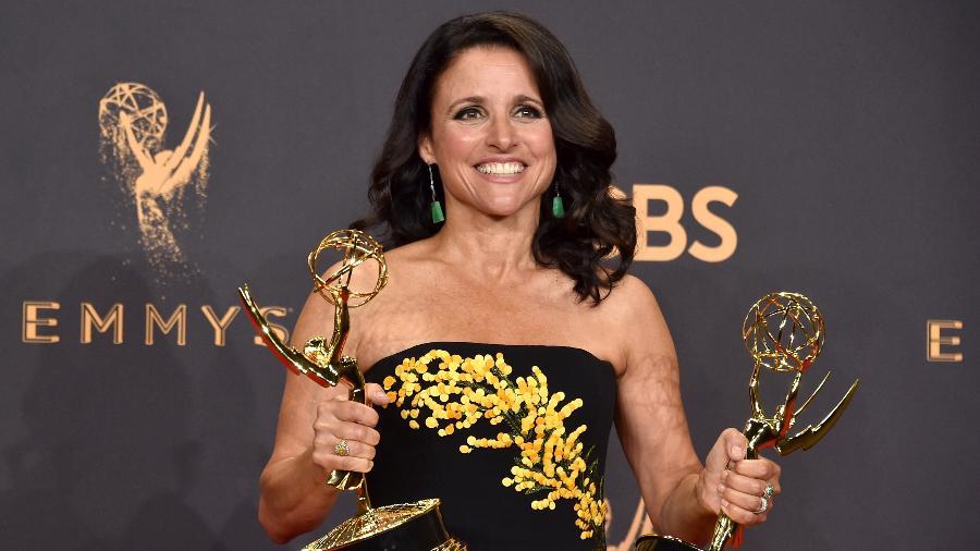 """Julia Louis-Dreyfus exibe estatuetas do Emmy que ganhou em 2017 por sua atuação na série """"Veep"""", da HBO - Alberto E. Rodriguez/Getty Images"""