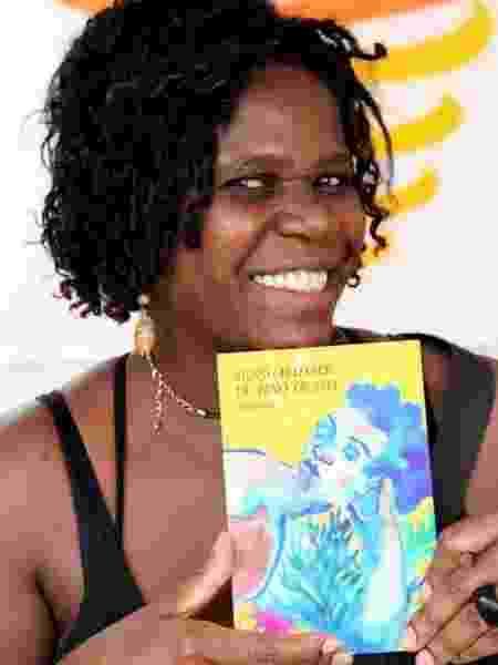 Tula Pilar com seu livro - Acervo pessoal - Acervo pessoal