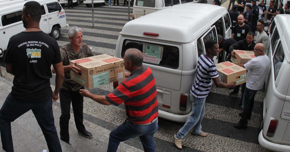 As urnas eletrônicas começaram a ser transportadas e instaladas neste sábado (27), nas escolas onde haverá votação do 2º turno das Eleições 2018. Nesta imagem, a movimentação em Campinas (SP), onde serão usadas 2.418 urnas.