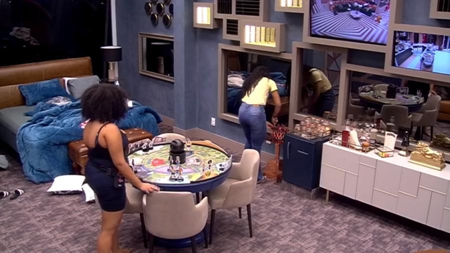 Elana e Rizia conversam no quarto do líder - Reprodução/GloboPlay