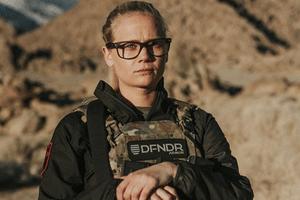 Nos EUA | Carly Schroeder, a atriz que largou Hollywood para entrar no Exército